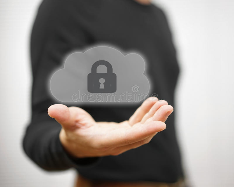 Veilige online dossiers en verre informations mens holding gesloten c stock foto