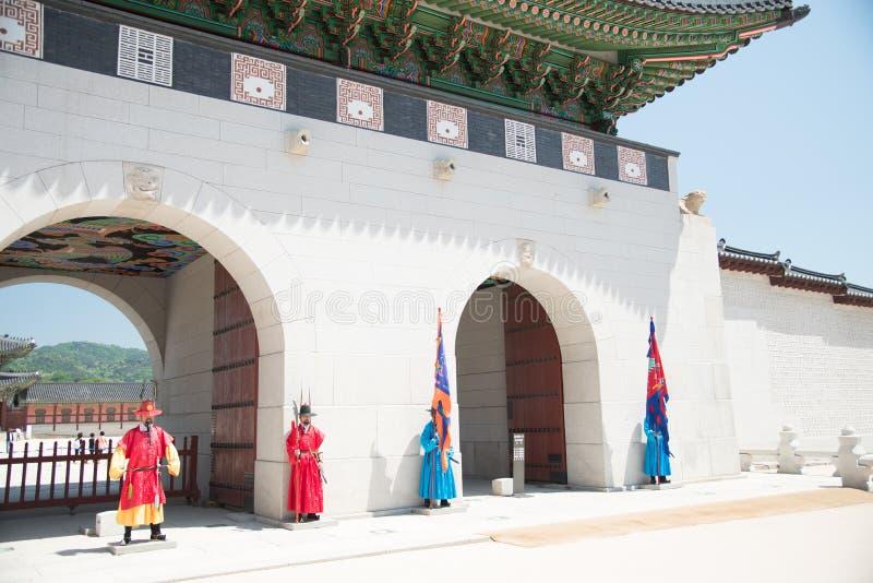 Veiligheid bij Poort van Gyeongbokgung-Paleis in Seoel Zuid-Korea royalty-vrije stock foto's