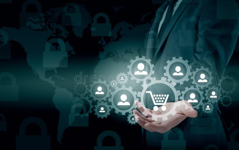 Veiligheid en verzekering van handel en goederen Vergrootglas & het winkelen karretje stock foto's