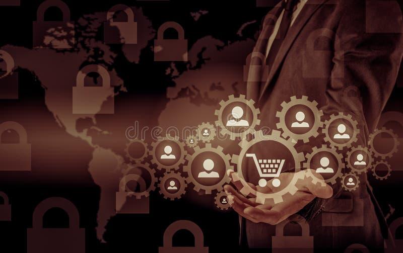 Veiligheid en verzekering van handel en goederen Vergrootglas & het winkelen karretje stock foto