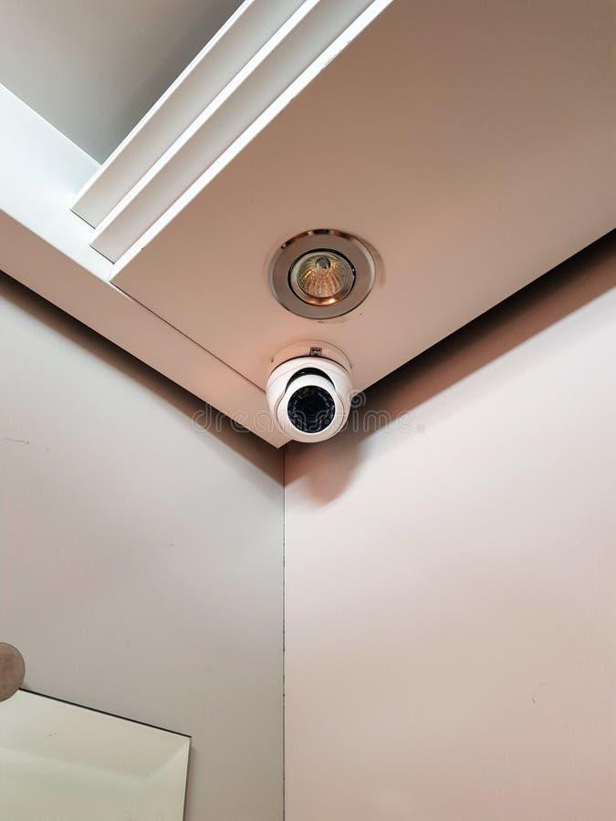 Veiligheid, kabeltelevisie-camera in lift op het bureaugebouw, surveil stock afbeelding