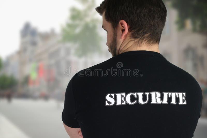 Veiligheidsagent het stellen terug in een straat royalty-vrije stock foto