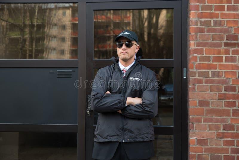 Veiligheidsagent Standing In Front Of The Entrance stock foto