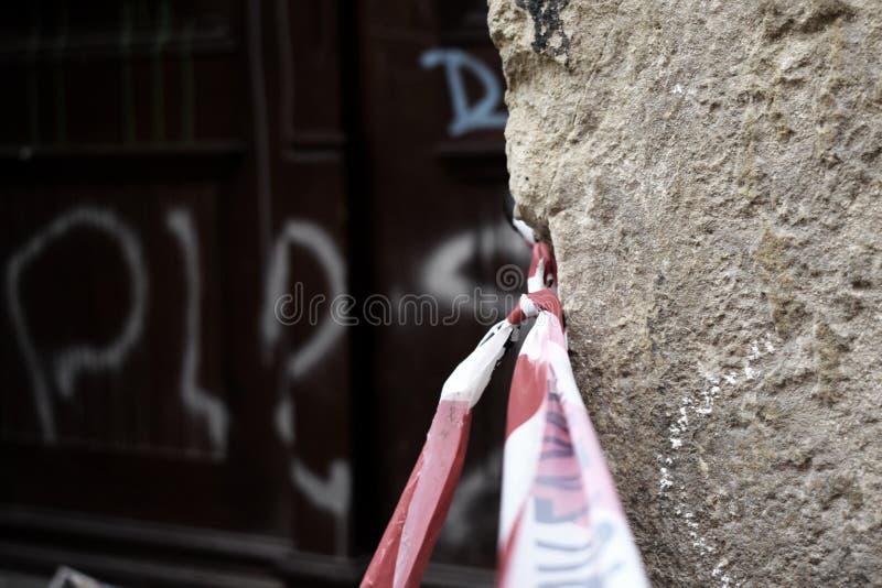 Veiligheidsband in troosteloze straat stock afbeeldingen