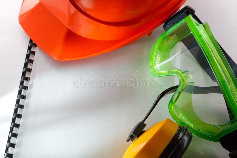 Veiligheidsbeschermende brillen, oortelefoons en helm stock fotografie