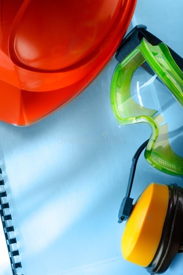 Veiligheidsbeschermende brillen, oortelefoons en helm royalty-vrije stock foto's
