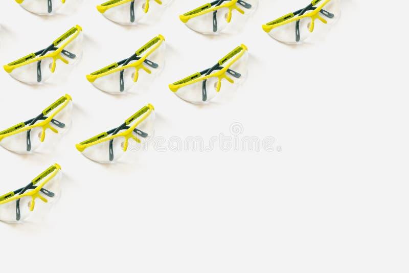 Veiligheidsbril heldergroen op een witte achtergrond Patroon voor uw ontwerp stock fotografie