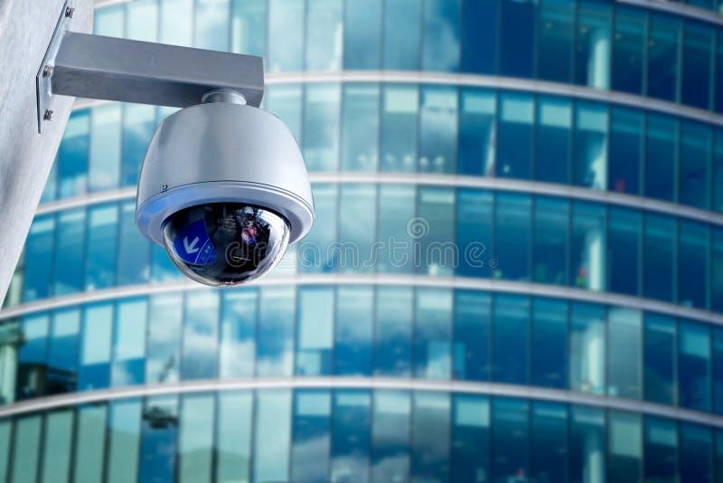 Veiligheidscamera, kabeltelevisie bij de bedrijfsbureaubouw stock foto's