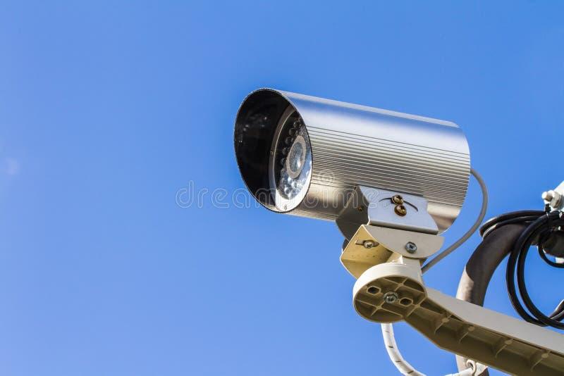 Veiligheidscamera of kabeltelevisie tegen blauwe hemel royalty-vrije stock foto