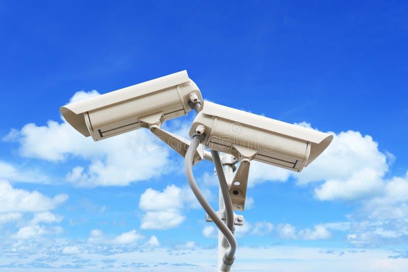 Veiligheidscamera op kleurrijke hemel stock fotografie