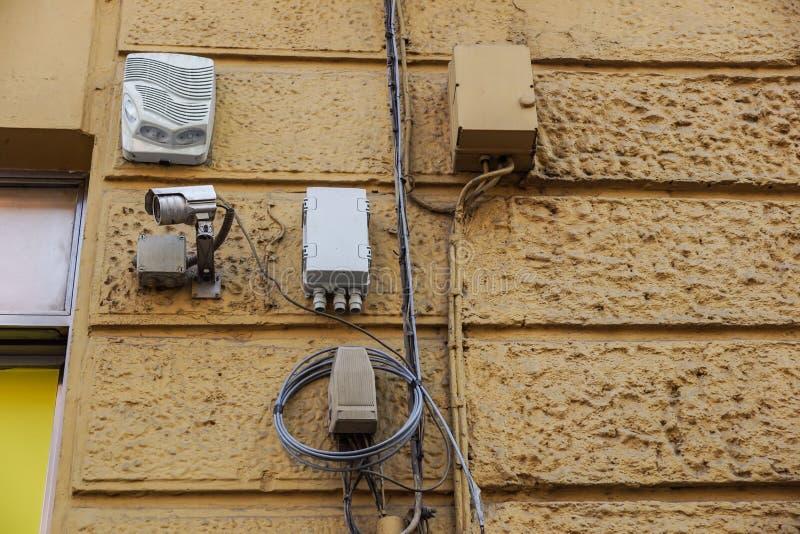 Veiligheidscamera's en sirene op de oude muur royalty-vrije stock foto's