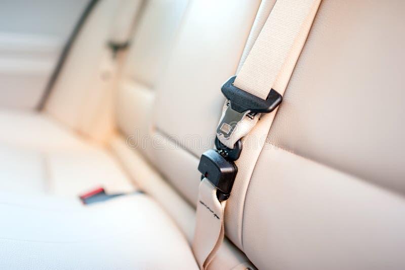 Veiligheidsgordel op achterzetel van moderne auto met beige leer stock foto