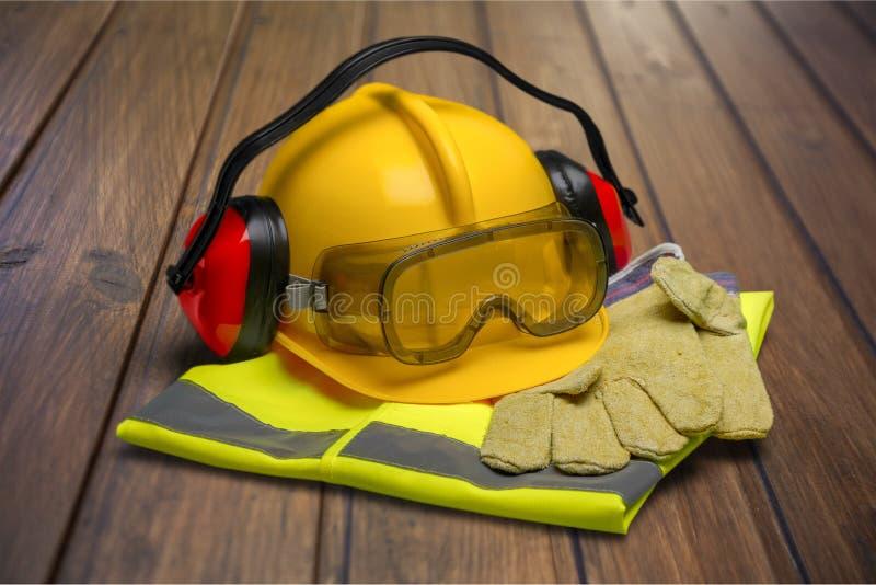 Veiligheidshelm met oortelefoons en beschermende brillen  stock afbeelding