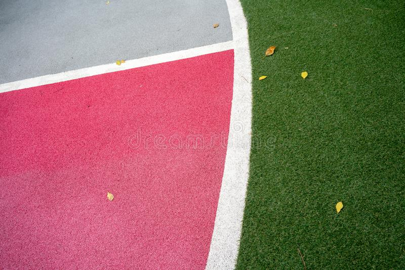 Veiligheidsspeelplaats en sportenvloer met zachte rubberkruimel voor bedelaars stock foto