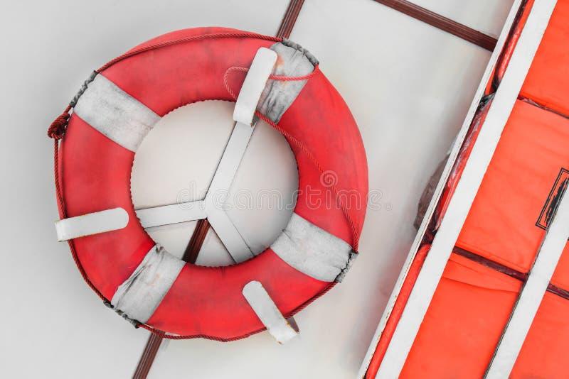 Veiligheidstorus en schopraad voor redden van mensenlevens stock afbeelding