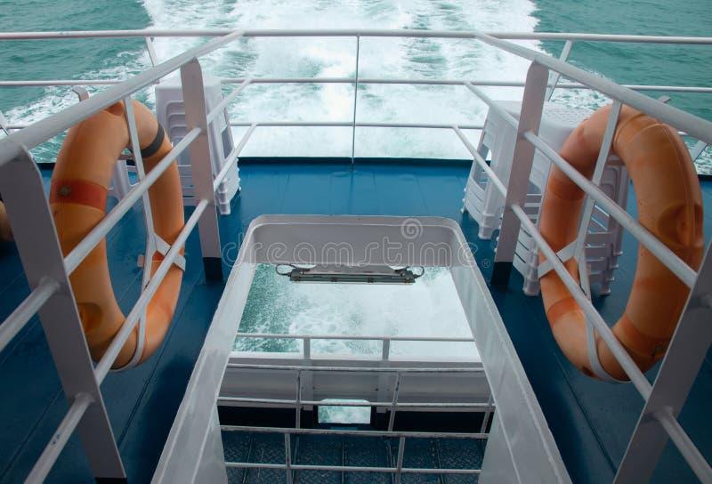 Veiligheidstorus klaar voor hulp op boot stock foto