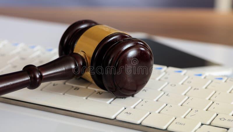 Veiling of rechtershamer op een computertoetsenbord royalty-vrije stock afbeeldingen