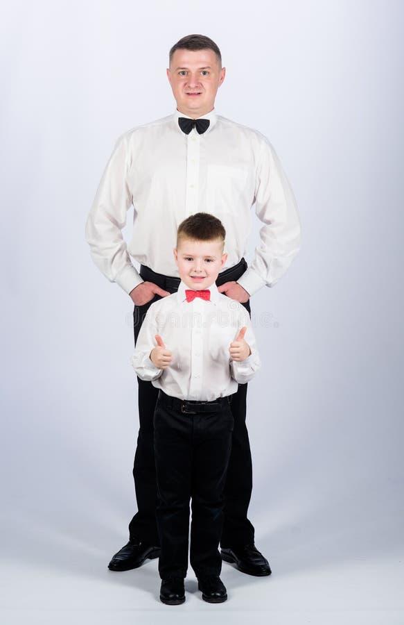 Veilingmeesterteam vertrouwen en waarden Mannelijke manier weinig jongen met papazakenman Familiedag vader en zoon in formeel royalty-vrije stock fotografie