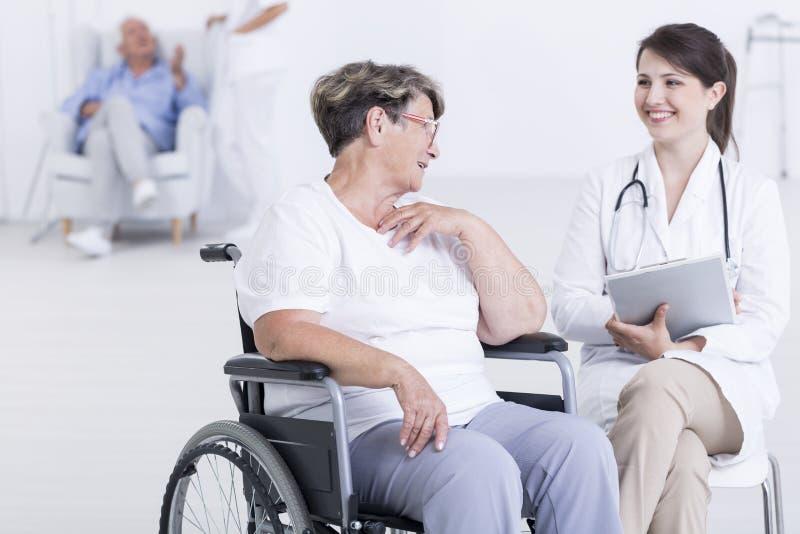 Veillant ses patients sont heureux photo stock