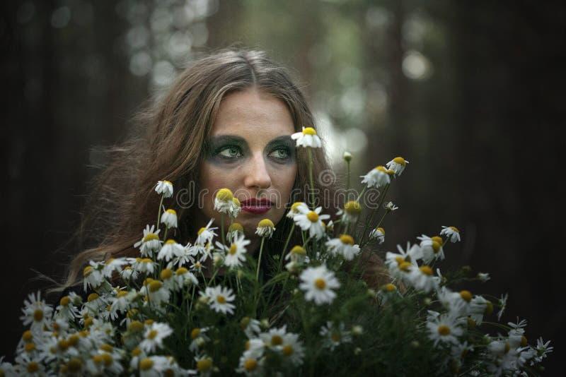 Veille de la toussaint Camomille de champ Belle fille dans une robe noire dans la forêt photos stock