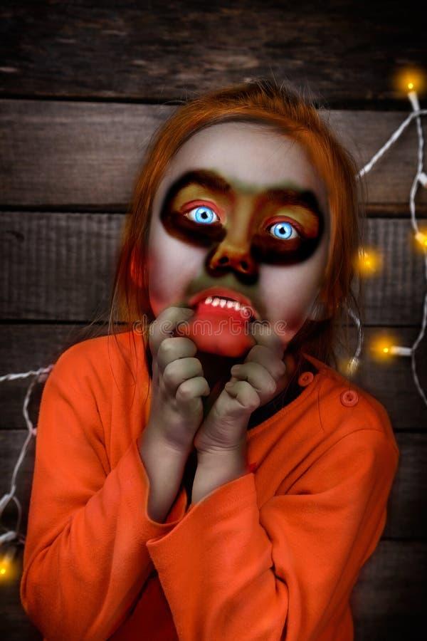 Veille de la toussaint Fille effrayante de zombi images stock