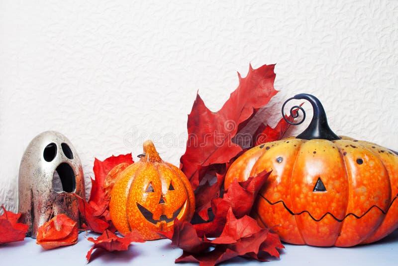 Veille de la toussaint heureuse Toujours la vie de fête, potiron-lanterne et feuilles d'automne photographie stock