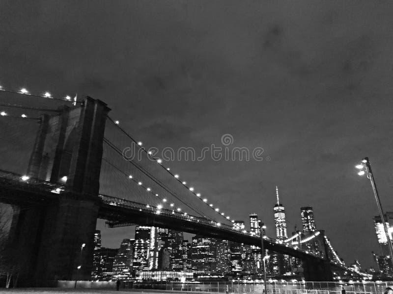 Veilleuse noire et blanche de pont de New York City Brooklyn photos stock