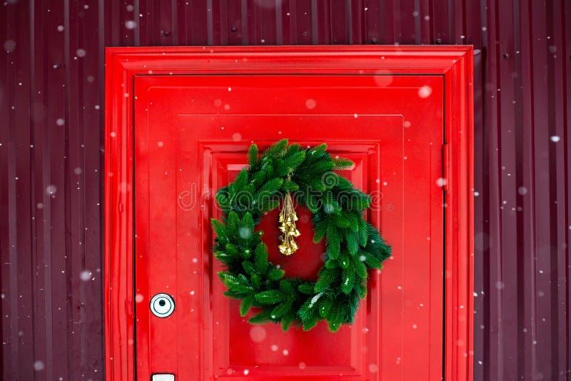 Veines de Noël sur la porte rouge Photo de contraste images stock