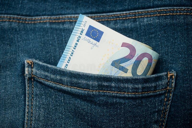 Veinte billetes de banco de los euros en tejanos embolsan fotos de archivo libres de regalías