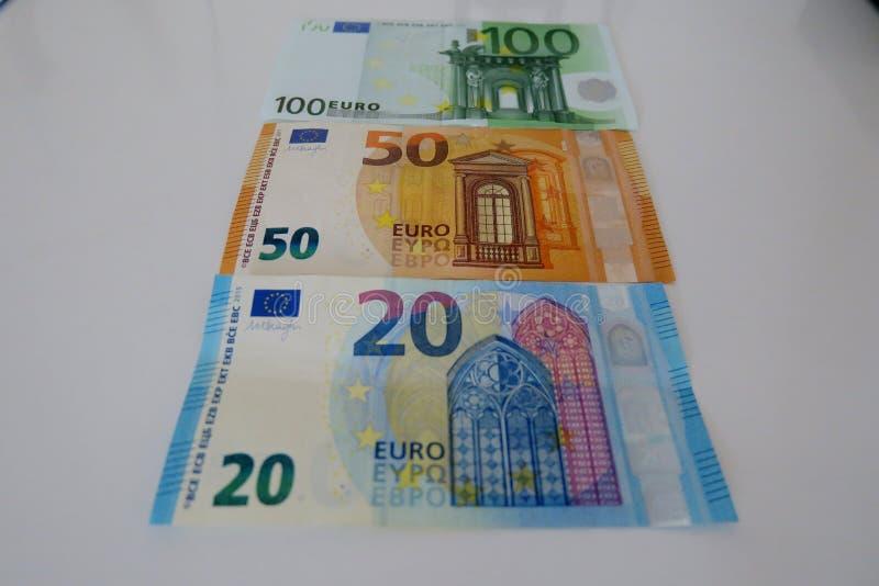 Veinte cincuenta y cientos euros en un fondo blanco fotografía de archivo libre de regalías