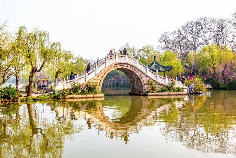 Veinticuatro puentes en el lago del oeste lender imagenes de archivo
