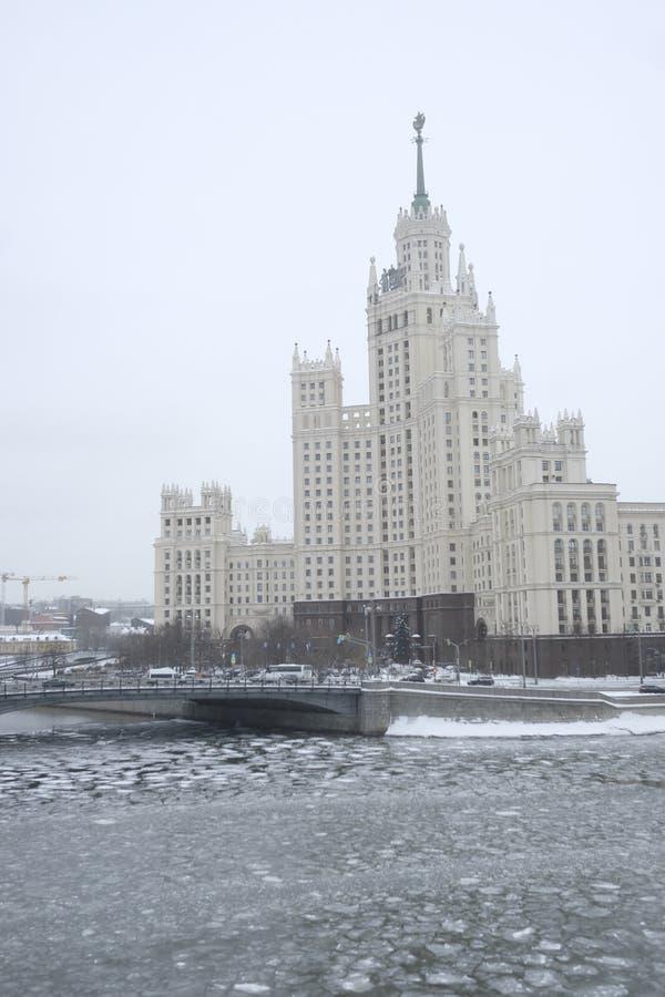 Veiw к highrise зданию на обваловке Kotelnicheskaya в Москве стоковая фотография