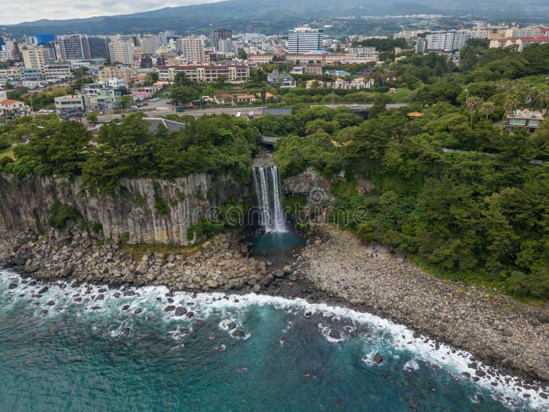 Veiw aéreo da cachoeira de Jeongbang na ilha de Jeju, Coreia do Sul fotos de stock royalty free