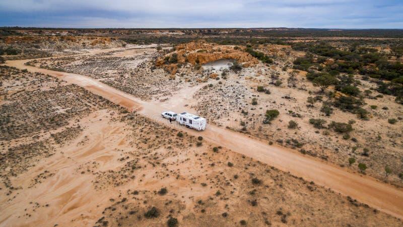 Veiw aéreo del vehículo del tracción cuatro ruedas y de la caravana grande en un camino foto de archivo
