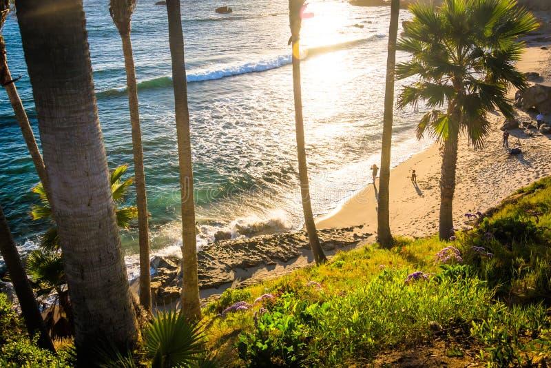 Veja abaixo de um penhasco a uma praia no parque de Heisler no por do sol imagens de stock royalty free