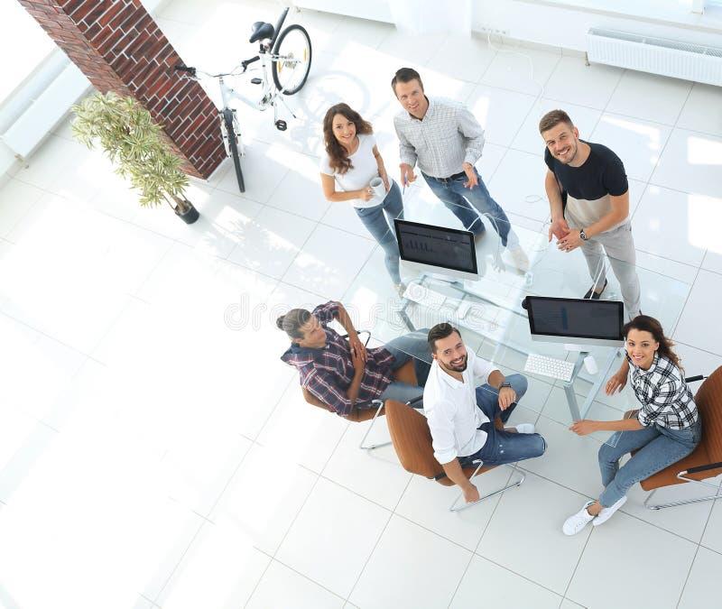 Veja a equipe criativa superior que senta-se atrás de uma mesa imagens de stock