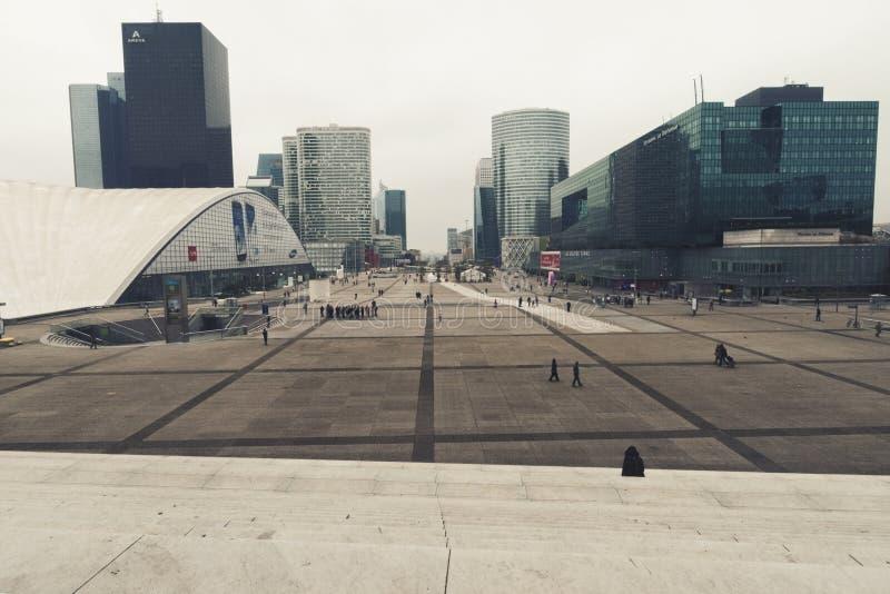 Veja escadas do Grande Arche do formulário na defesa do La em Paris imagens de stock royalty free