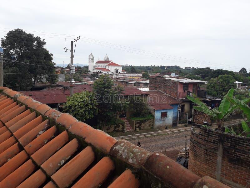 Veja a igreja de trás na cidade de Juayua imagens de stock royalty free