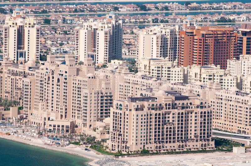 Veja na casa de apartamentos na palma artificial do console imagens de stock royalty free