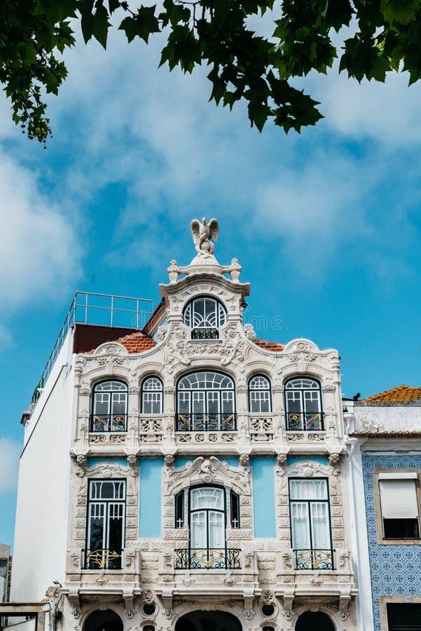 Veja nas constru??es velhas bonitas das fachadas no estilo arquitet?nico de Art Nouveau na cidade de Aveiro em Portugal imagem de stock