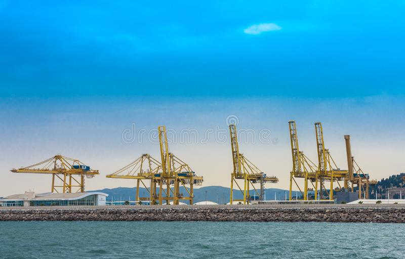 Veja no porto de troca com os guindastes fotos de stock