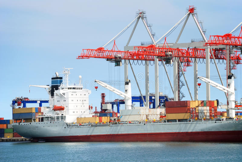 Veja no porto de troca com os guindastes e o t imagem de stock