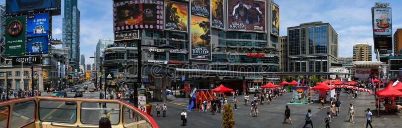 Veja o formulário um ônibus de excursão da cidade no quadrado Toronto de Yonge Dundas imagem de stock