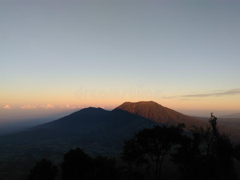 veja o sol aumentar sobre a montanha fotografia de stock