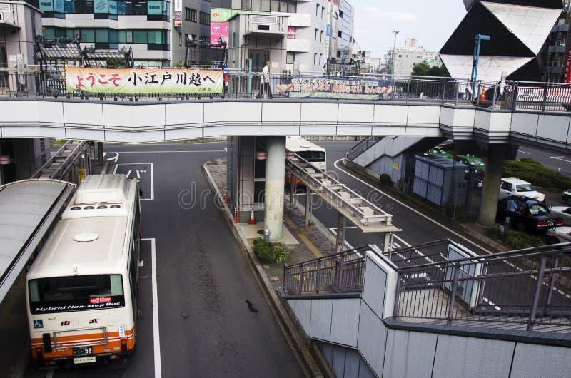 Veja a paisagem da estrada do tráfego com a estação de ônibus em Saitama, Japa imagem de stock