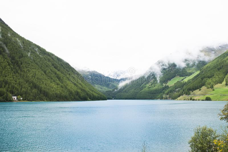 Veja a paisagem da montanha de Apls e do lago Vernagt-Stausee na vila de Vernago fotos de stock royalty free
