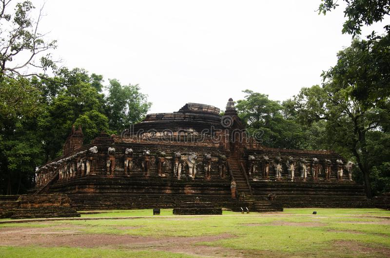 Veja a paisagem Wat Chang Rop ou Wat Chang Rob do parque histórico de Kamphaeng Phet em Kamphaeng Phet, Tailândia fotos de stock