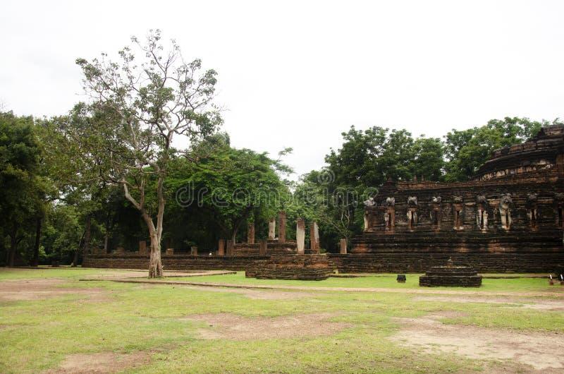 Veja a paisagem Wat Chang Rop ou Wat Chang Rob do parque histórico de Kamphaeng Phet em Kamphaeng Phet, Tailândia foto de stock royalty free