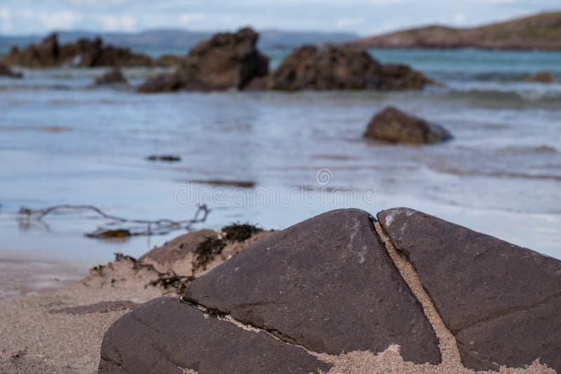 Veja para fora ao mar da praia de Achnahaird em Wester Ross, montanhas escocesas Silêncio, praia dada forma cresent na costa noro fotos de stock royalty free