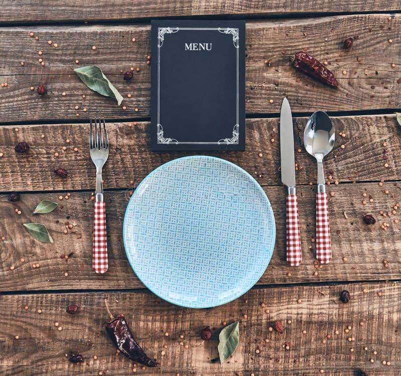 vektor för tid för jpeg för matställeeps-illustration Högt vinkelskott av den tomma plattan, gaffel, sked, kniv arkivfoton